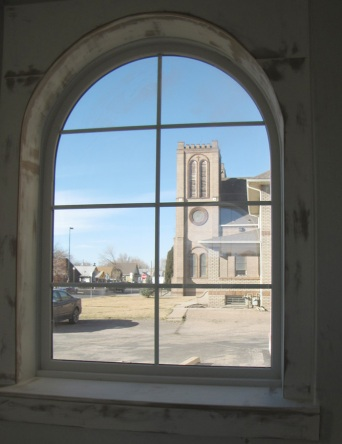 arched window in the school - ventana de arco en la escuela